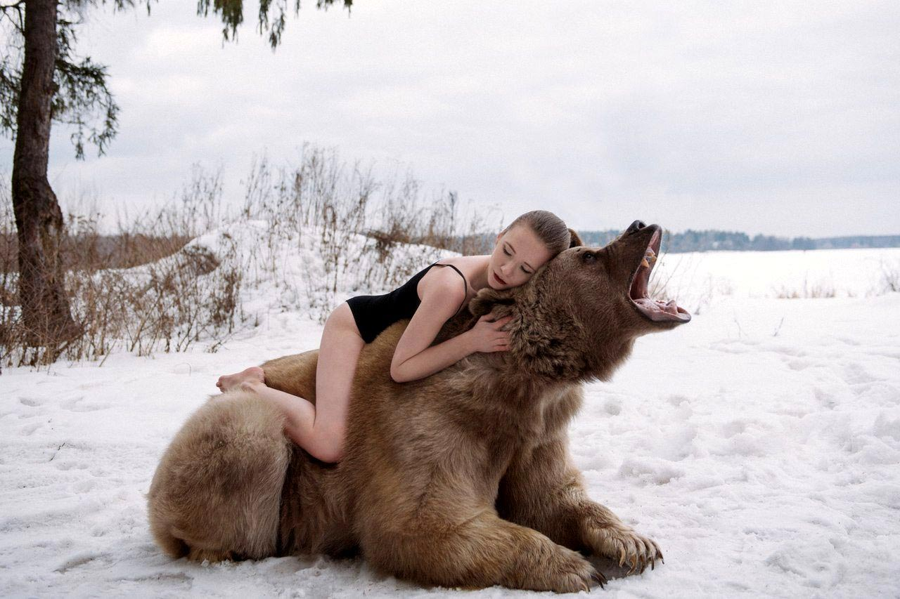 Фотомодель с медведем