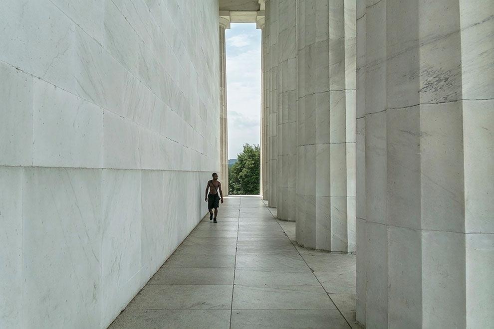 Что видит памятник, нетипичные туристические фотографии, достопримечательности снятые со спины