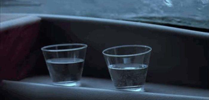 Парк юрского периода, дрожащая вода в стакане, вода в стакане дрожит